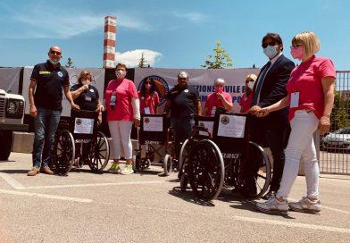 Quattro sedie a rotelle e 8.000 bottiglie donate alla Protezione civile.